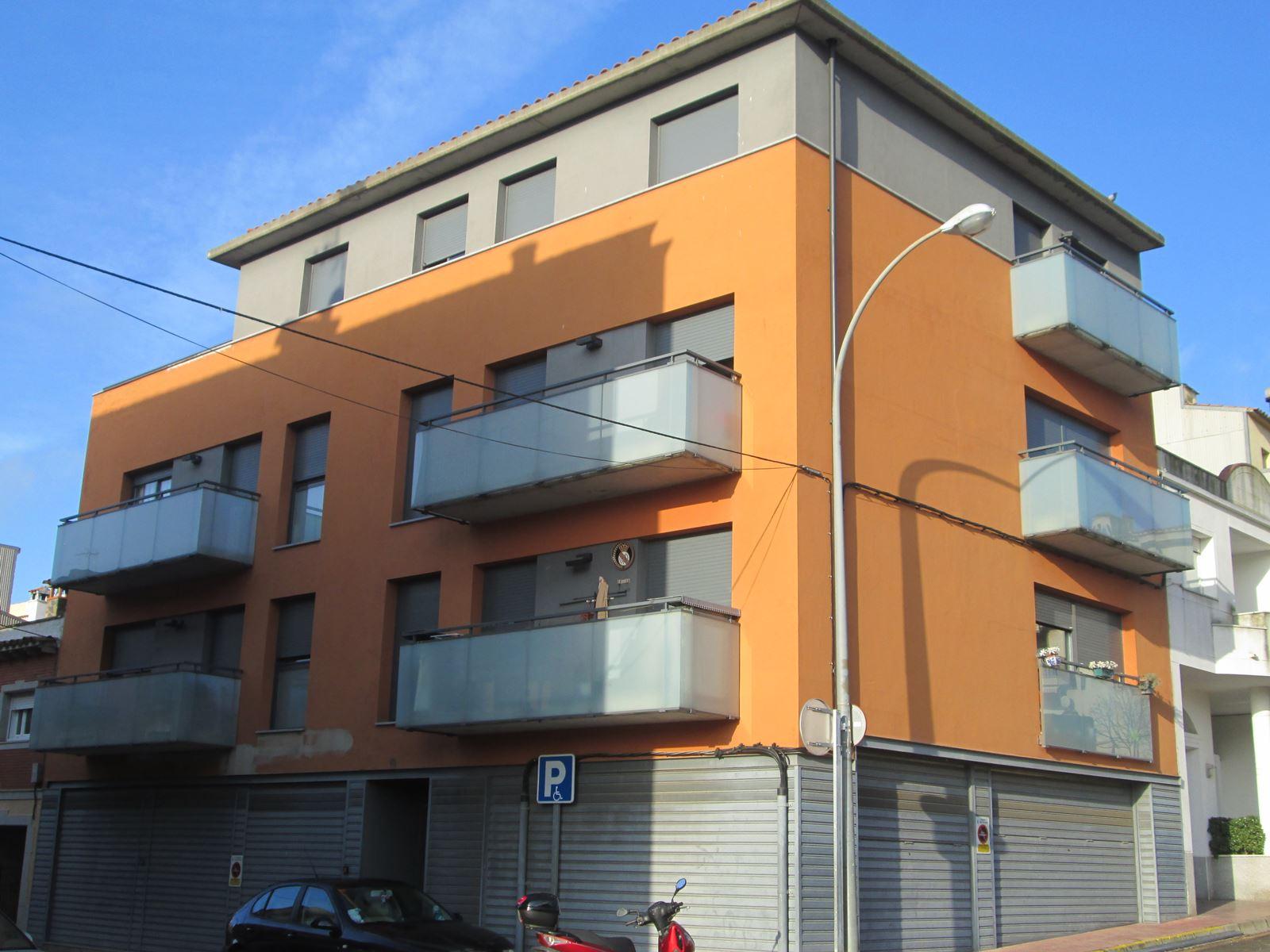 EDIFICI PLURIFAMILIAR I APARCAMENT PER A 8 HABITATGES AL CARRER MÀLAGA (SANT FELIU DE GUÍXOLS) ANY 2004